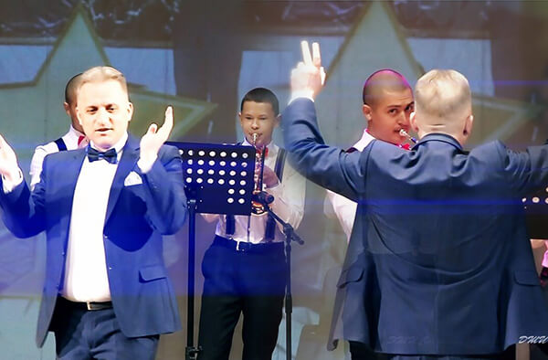 На сцене оркестр